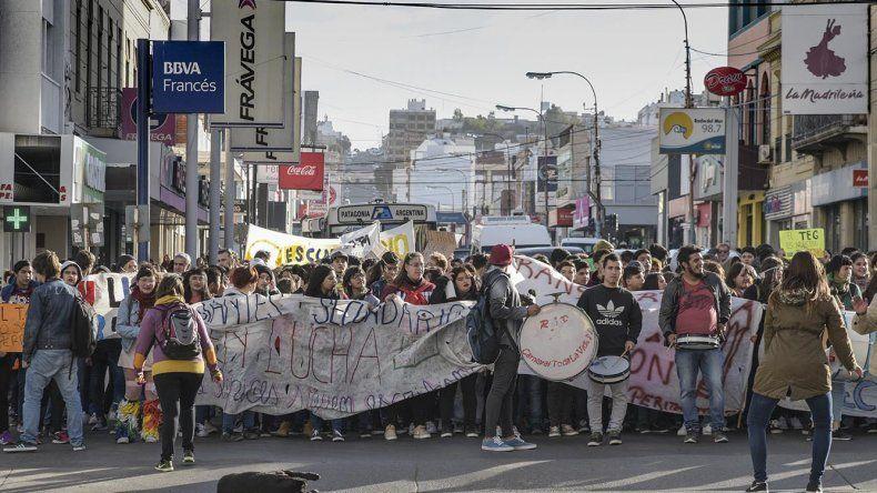 Más de 300 personas se movilizaron ayer para pedir por la implementación del Transporte Educativo Gratuito en Comodoro Rivadavia.