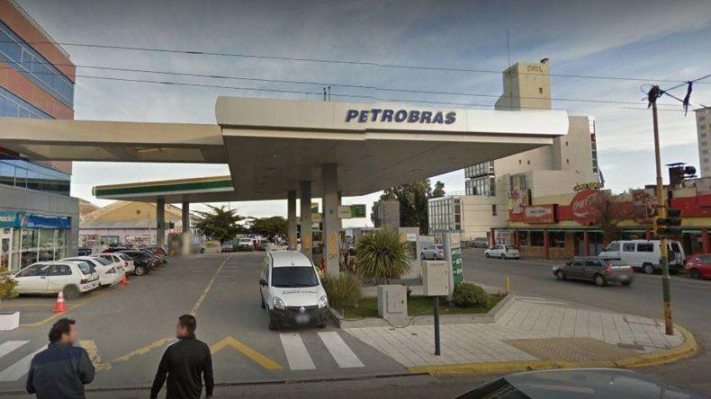 Playero le negó combustible para intoxicarse y agredió a una policía
