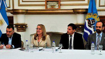 La gobernadora Alicia Kirchner estuvo acompañada por el ministro Leonardo Álvarez; el vocal ante el IDUV, Roberto Andrino y el representante del CFI, Pedro Castillo.
