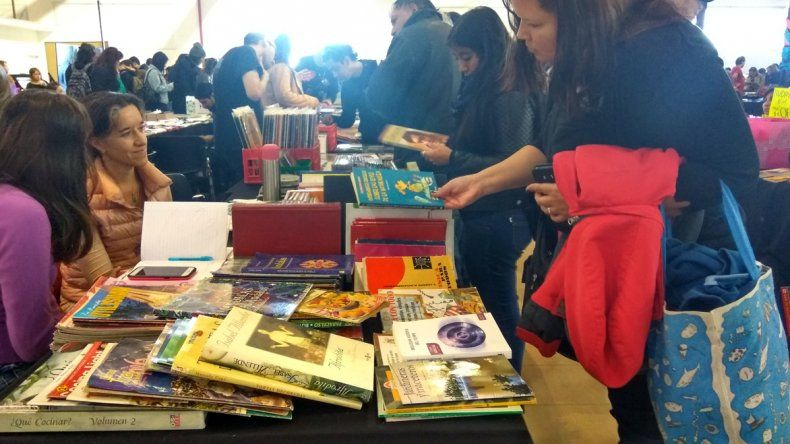 La Feria del Libro Usado atrajo una gran cantidad de lectores en el Centro Cultural.