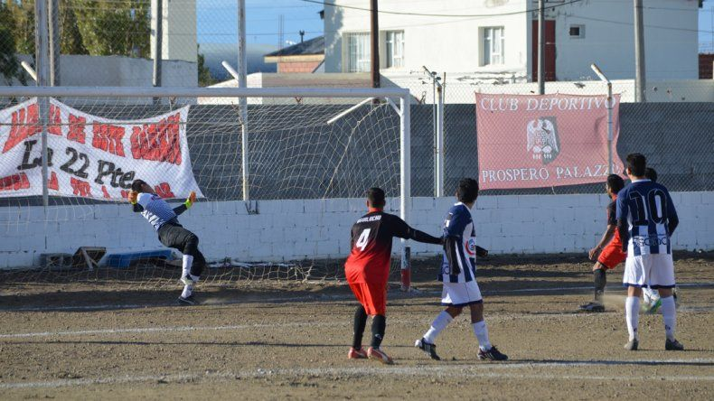 Juan Cerezo es sorprendido por el tiro libre de Emiliano Luquez