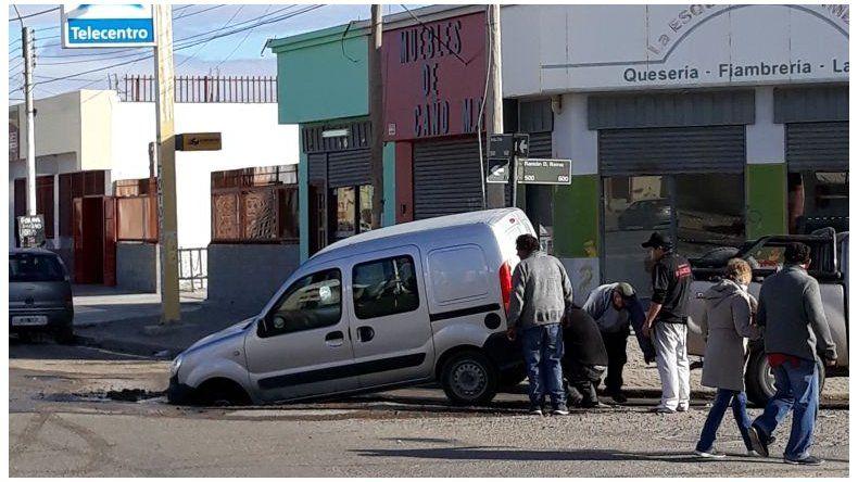 Un vehículo se hundió en el asfalto de la Chile