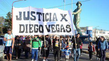 Alrededor de un centenar de personas marcharon por las calles de Caleta exigiendo justicia por el brutal homicidio ocurrido en el barrio 17 de Octubre.