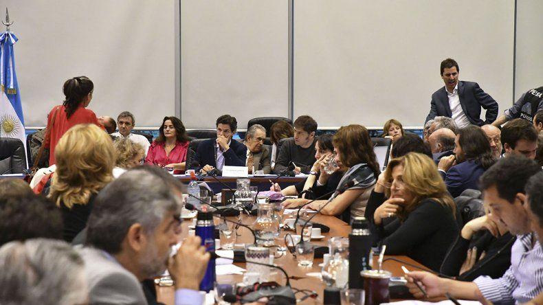 El plenario de la Comisión de Presupuesto de Diputados donde ayer se aprobó que el proyecto para frenar las tarifas sea debatido en el recinto.