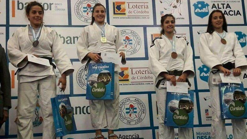 Gimena Laffeuillade –segunda desde la izquierda– se destacó en la categoría de hasta 63 kilos.