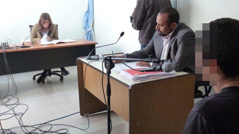 El imputado Elías Maldonado junto a su abogado defensor. Su rostro no se muestra porque restan efectuar pruebas judiciales de reconocimiento.