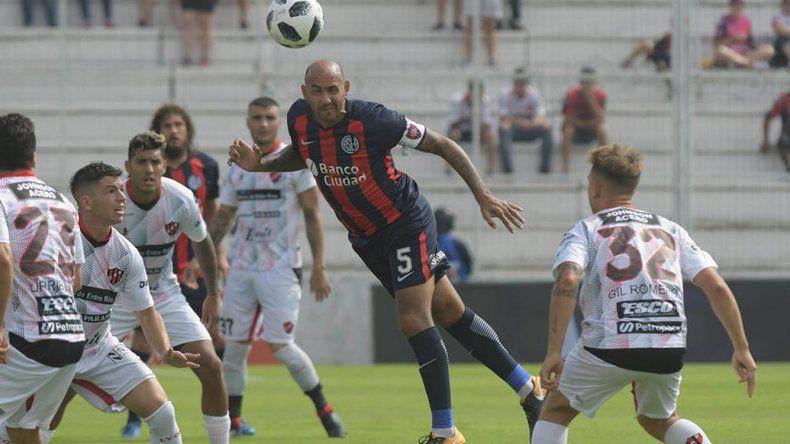 Juan Mercier despeja de cabeza en el partido que San Lorenzo y Patronato empataron sin goles el domingo en Paraná.