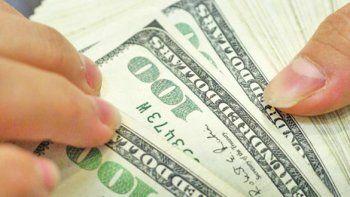 El dólar alcanzó ayer un máximo de 23,30 pesos para la venta en el mercado minorista.