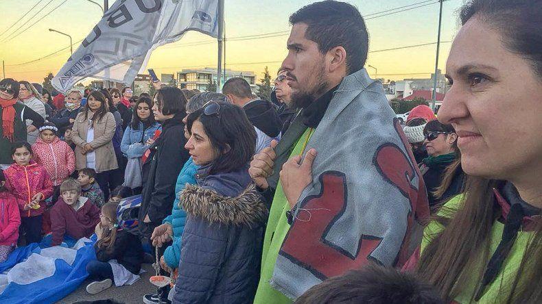En Rada Tilly se realizó una marcha para exigir una solución al conflicto docente. También asistieron ciudadanos de Comodoro Rivadavia.