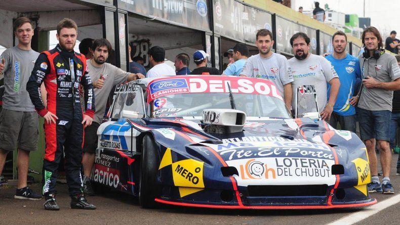 Marcelo Agrelo junto al Ford que conduce y su equipo de trabajo ayer en Posadas.