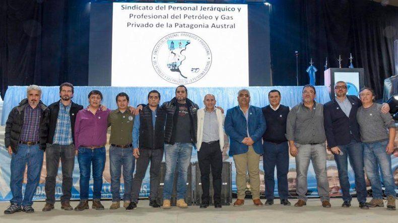 José Llugdar acompañado de integrantes de la comisión directiva y cuerpo de delegados.