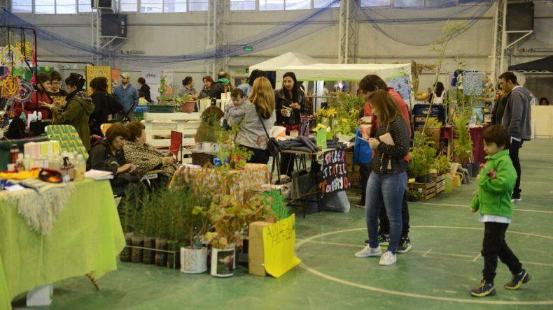 Productores agrícolas y artesanos ofrecen sus productos en el Huergo