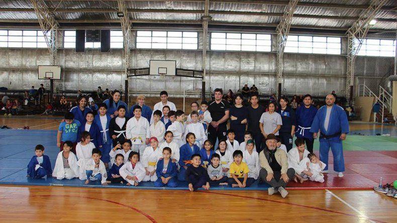 Los chicos disfrutaron en el gimnasio municipal 2 del primer encuentro para el judo municipal infantil.