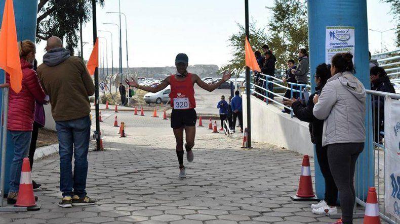 Albert Luna llega victorioso a la meta durante la quinta edición de la Corrida Universitaria Corremos