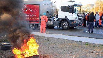 Los obreros desocupados prendieron cubiertas a pocos metros del camión cisterna cargado con 36 mil litros de combustible. Lo retuvieron durante cinco horas.