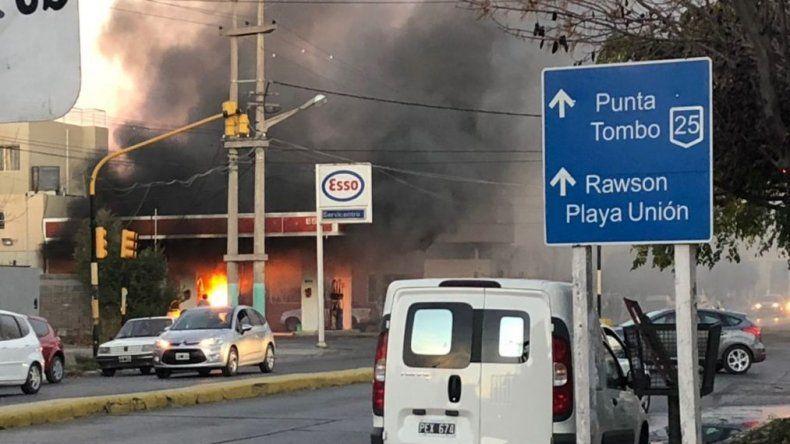 Arrancó con el surtidor puesto en el auto y provocó un incendio