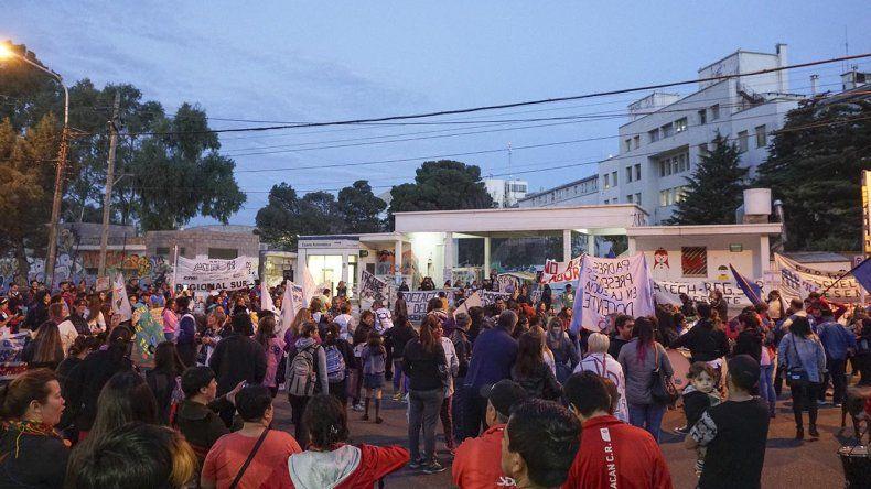Los trabajadores estatales realizaron una nueva manifestación ayer en reclamo del pago escalonado de sus haberes con una concentración frente al Hospital Regional.