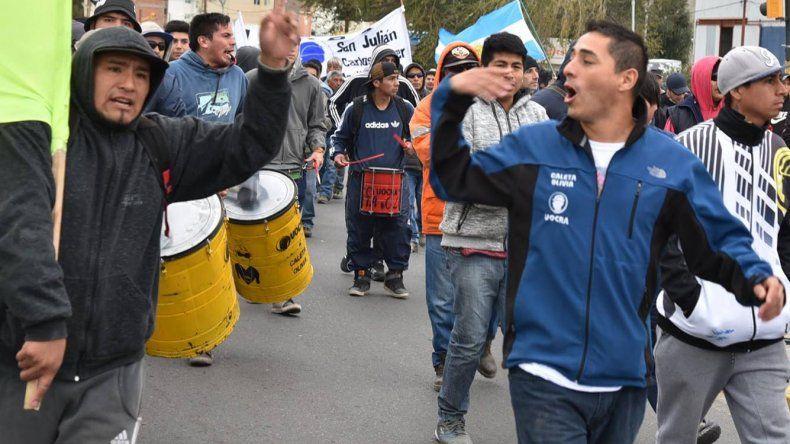 Las calles céntricas de Caleta Olivia volvieron ayer a ser escenario de una manifestación de obreros afiliados a la UOCRA.