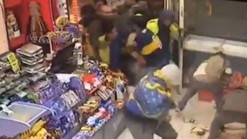 El momento en el que los delincuentes saquean el multirrubro y se llevan bebidas
