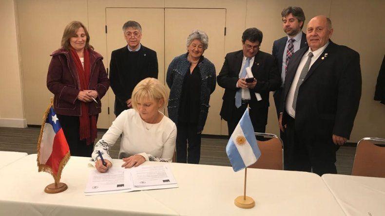 Mónica Freile durante la firma del acuerdo.