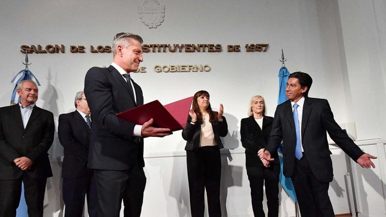 Walter Toro asumió ayer al frente de la Dirección de Protocolo y Ceremonial de la provincia. El gobernador Mariano Arcioni elige empleados de carrera para integrar su gabinete.