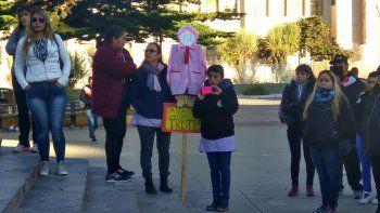 Padres de estudiantes de diferentes escuelas de Comodoro Rivadavia decidieron ayer que entregarán un petitorio a Provincia y pedirán una reunión en el Concejo Deliberante para reclamar soluciones al conflicto docente.