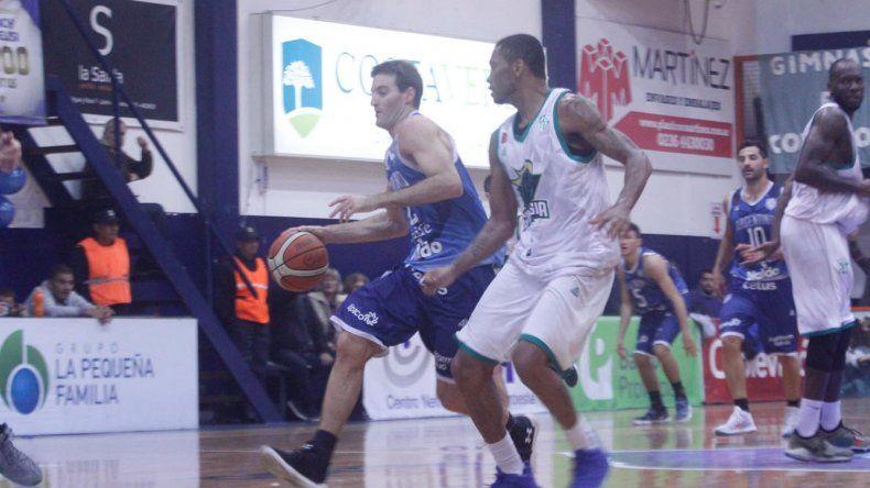Marcos Saglietti se lleva el balón marcado por Winsome Frazier en una acción del tercer juego de la serie de octavo de final que ganó Argentino de Junín.
