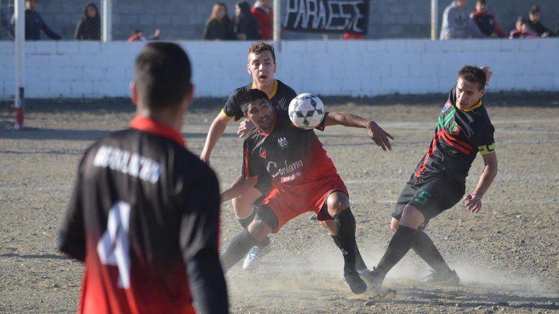 José Sambueza domina el balón ante la doble marca lusitana. El delantero fue el autor del gol del triunfo del Aguilucho.