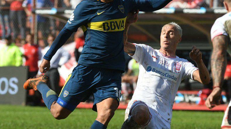 Edwin Cardona intenta un remate marcado por Israel Damonte ayer en Parque de los Patricios.