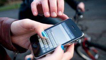 interceptan en la calle a una mujer y le roban el telefono