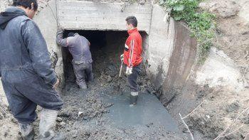 La Municipalidad ayer realizó trabajos de limpieza en los principales desagües de la ciudad.