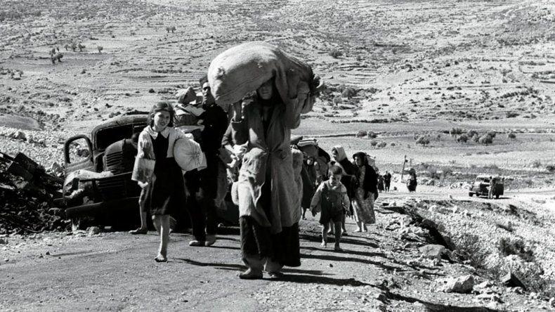 Palestinos al abandonar en 1948 un pueblo de Galilea.