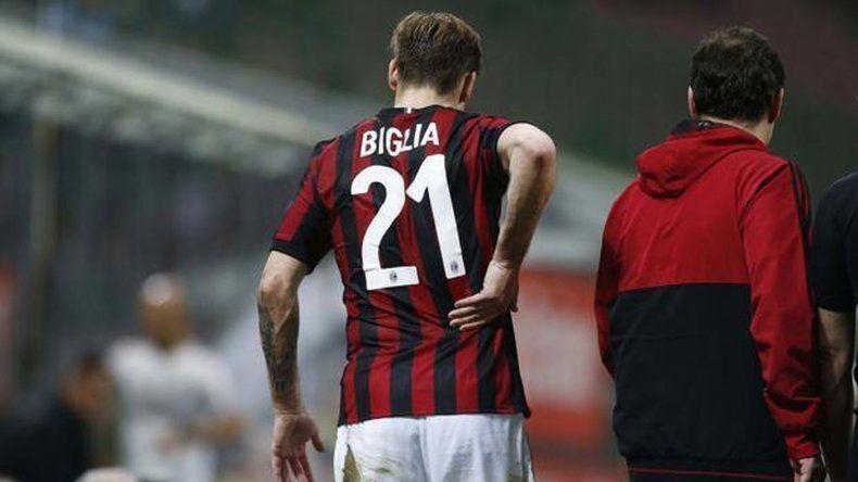 Biglia se retiró lesionado por una fuerte infracción del Papu Gómez