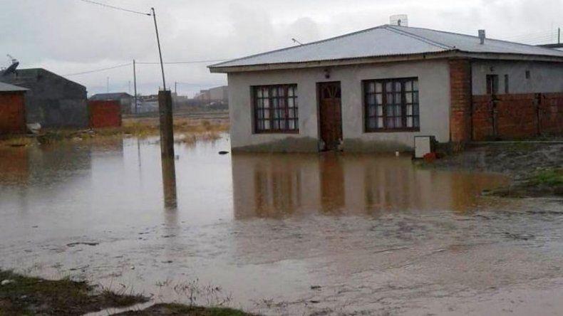 Habitantes de Río Gallegos están tapados por el agua