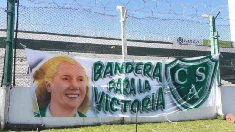 Prohibieron a hinchas ingresar a la cancha con una bandera con el rostro de Evita