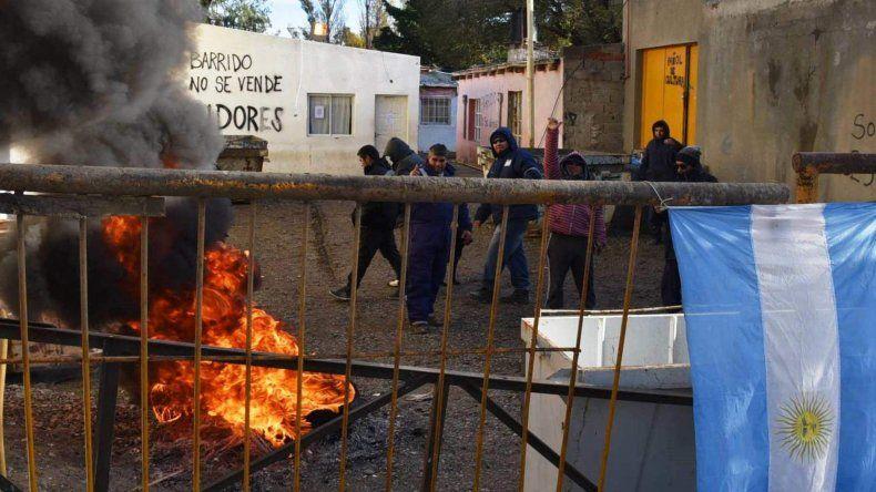 La gestión del intendente Facundo Prades sigue sumando conflictos laborales. Ayer se reveló un grupo de operarios del área Barrido y Limpieza que revisten como cooperativistas.