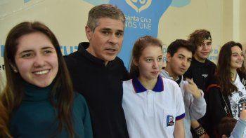 Al arribar a Caleta Olivia, el vicegobernador Pablo González se dirigió al Colegio Secundario N° 20 para asistir a un acto alusivo al 60 Aniversario de la creación institucional de Santa Cruz.
