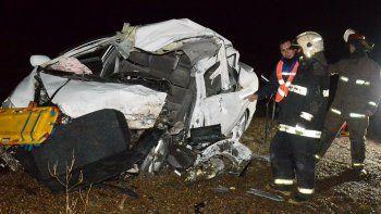 El Honda Civic quedó seriamente destrozado. La conductora falleció de manera instantánea y los bomberos debieron cortar chapas para retirar el cuerpo.
