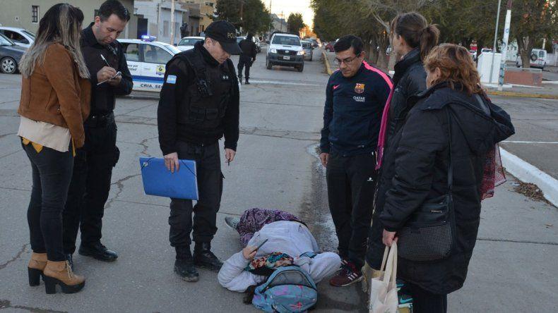 La joven quedó sobre el pavimento varios minutos hasta que llegó un equipo de emergencias médicas del Hospital Zonal.