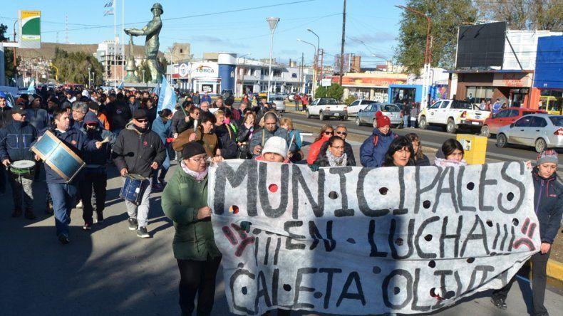 Los trabajadores municipales de planta permanente volvieron a movilizarse por las calles céntricas demandando un incremento salarial.