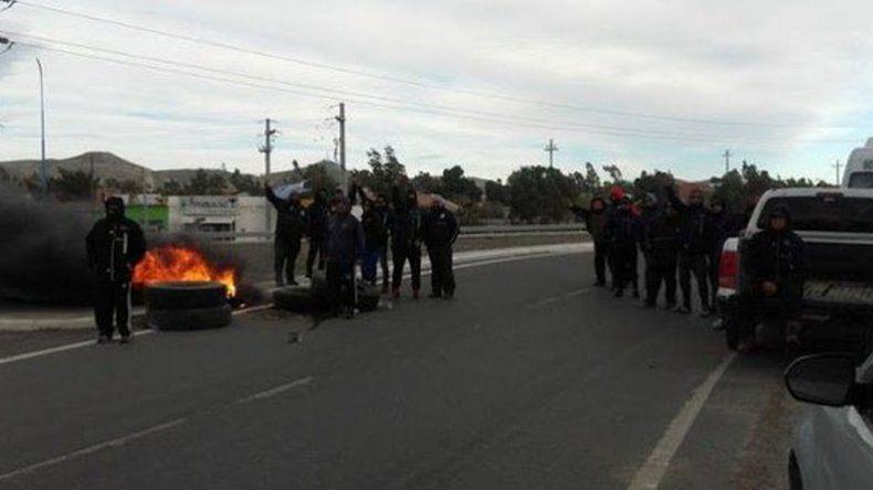 Obreros de UOCRA protestan contra YPF e impiden el acceso a yacimientos