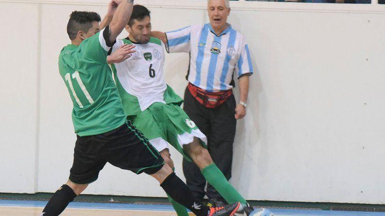 Miguel Schlebusch dirigiendo a la selección de Comodoro Rivadavia en uno de los amistosos