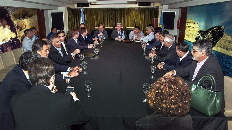 Arcioni encabezó una reunión en Buenos Aires con representantes de las operadoras y gremios vinculados con la actividad petrolera.