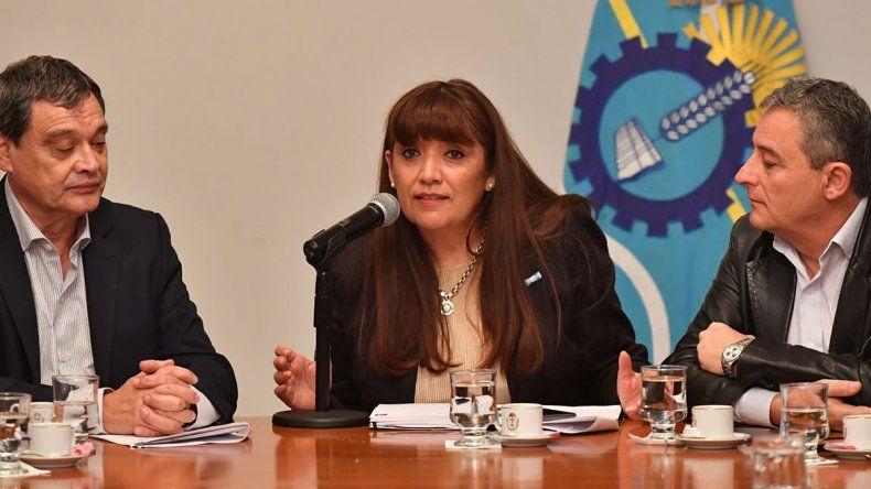 La ministro de Educación abrió ofertas para una obra e hizo declaraciones sobre el conflicto con los estatales.