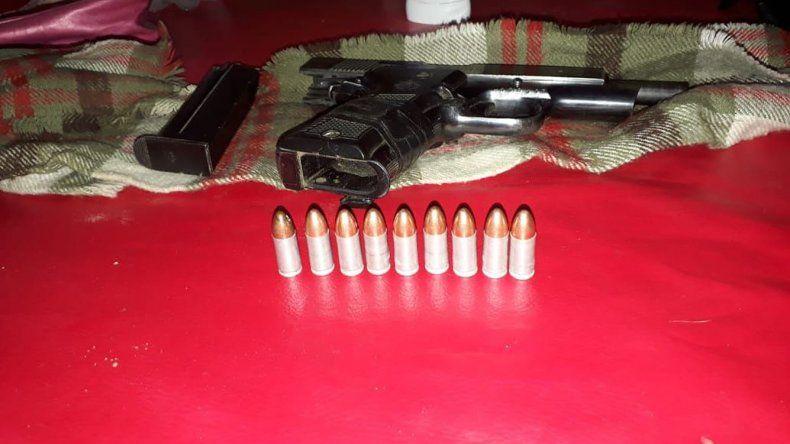 Al sospechoso de robar estaciones de servicio le secuestraron una pistola y proyectiles.