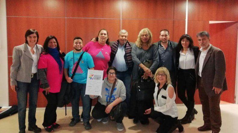 Diputados provinciales junto a integrantes del colectivo LGBT en el edificio de la Legislatura.