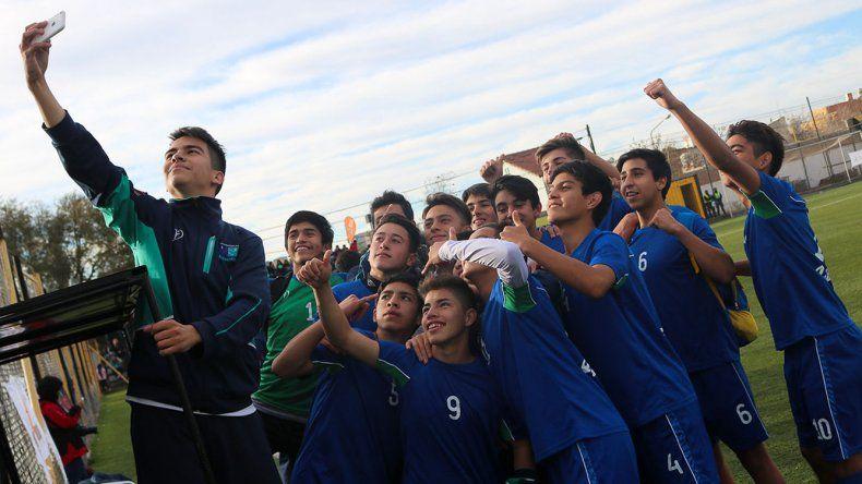 El equipo de fútbol se toma una selfie luego del triunfo por penales ante Río Negro.