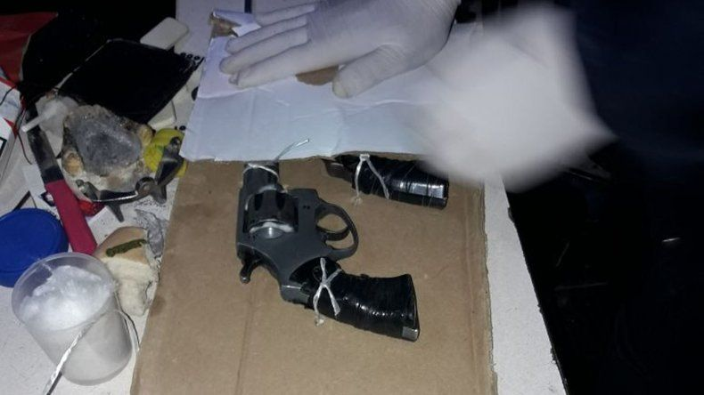 Las armas incautadas durante los allanamientos por la causa del robo en Cerro Solo.