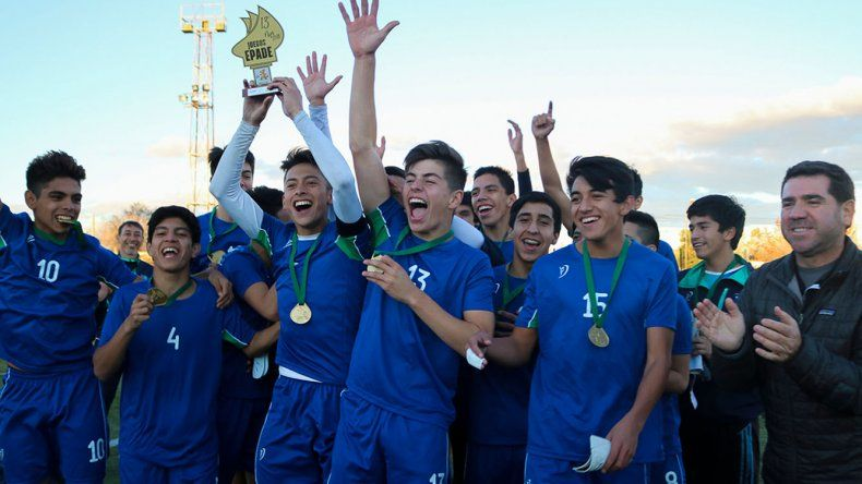 Los pibes de Chubut festejan el título que lograron en el fútbol.