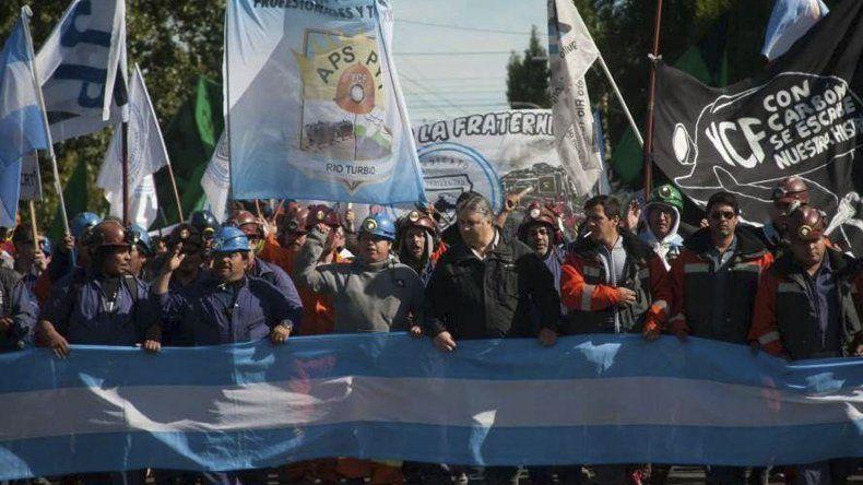 Trabajadores mineros y sus representantes sindicales protagonizaron numerosas asambleas y marchas de protesta durante cuatro meses por los masivos despidos.